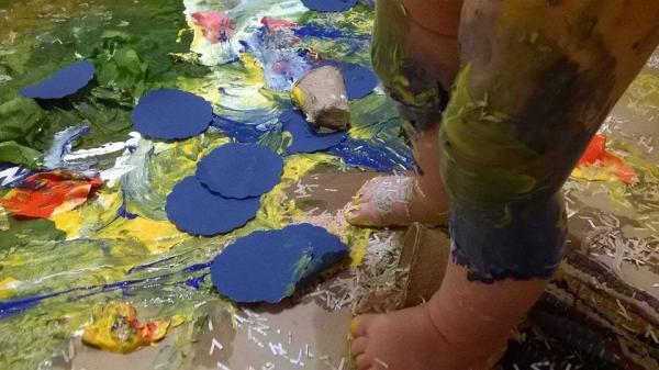 Loovustoa beebide ja väikelaste Isadepäeva maalinäitus