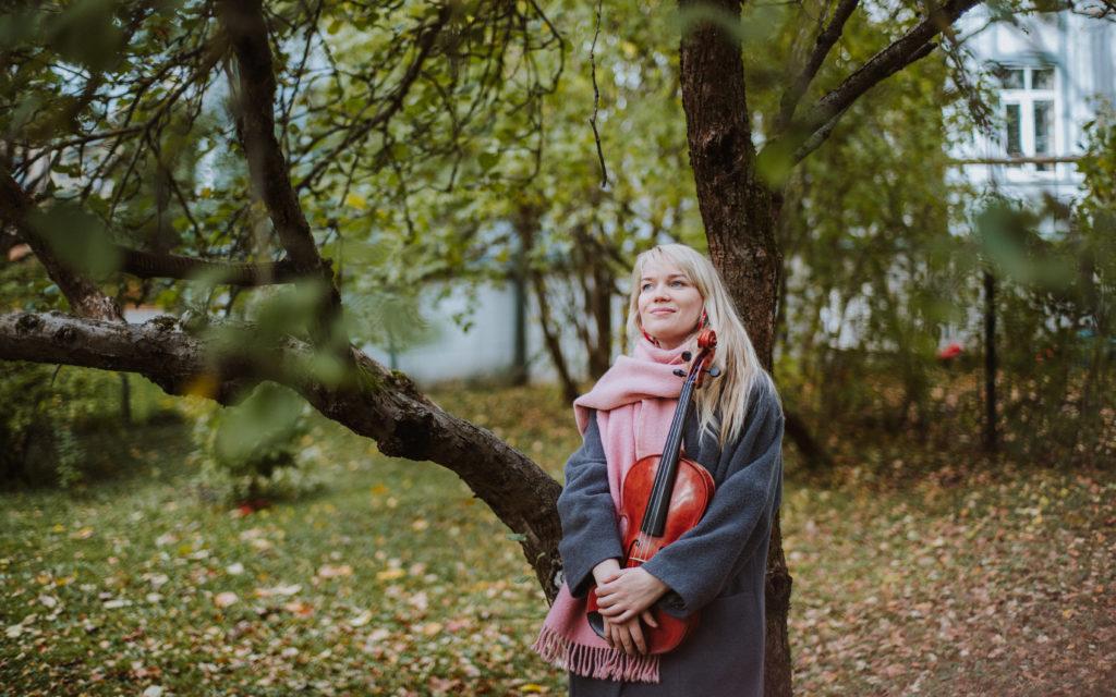 """Viiuldaja ja muusiku Karoliina Kreintaali Soome-Ugri teemaline fotonäitus """"Tundeküllased külaskäigud maailma serva"""" saab näha keskuse FB seinal"""